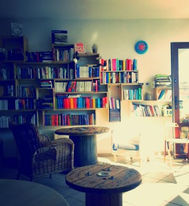 Regały w Księgarni Cafe Fikcja
