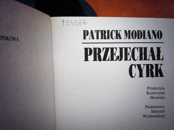 """Strona tytułowa książki """"Przejechał cyrk"""" Modiano"""