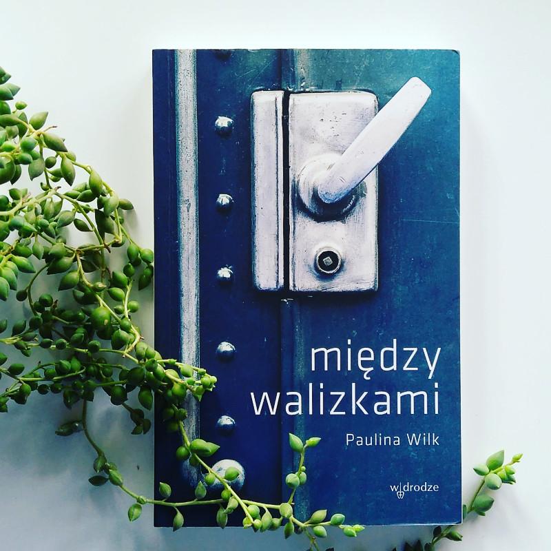 """""""Między walizkami"""" okładka książki Pauliny Wilk"""